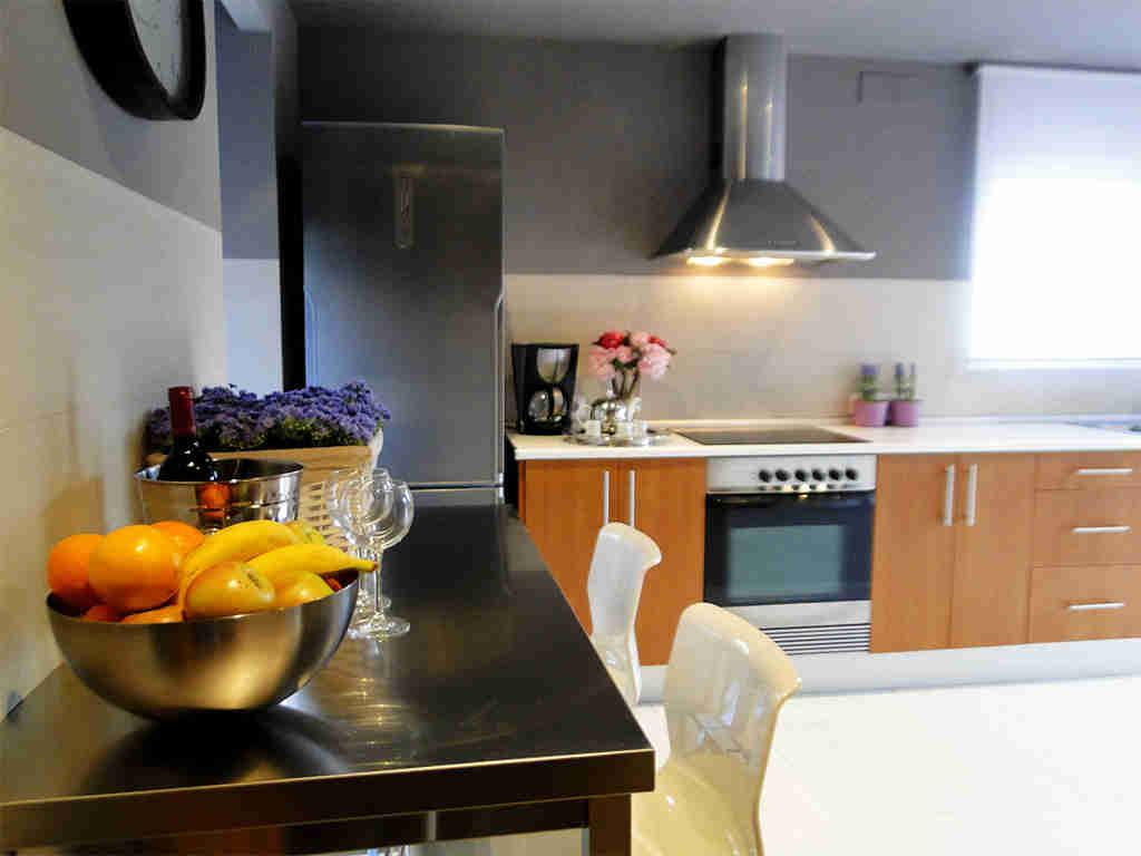 Location de villa à sitges: cuisine avec petit bar pour 2 personnes