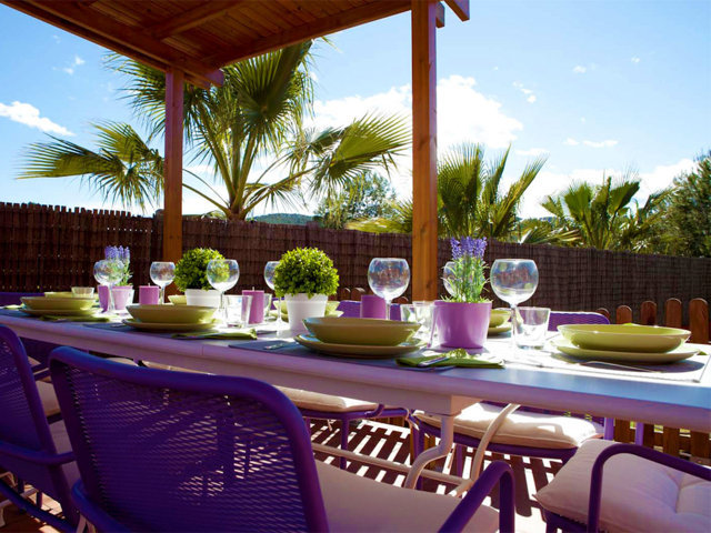 Mesa exterior en el chalet para vacaciones en Sitges