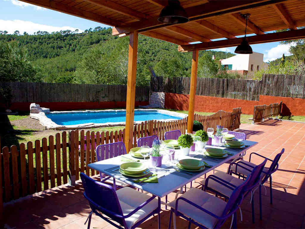 holiday villas in sitges outdoor lunch table