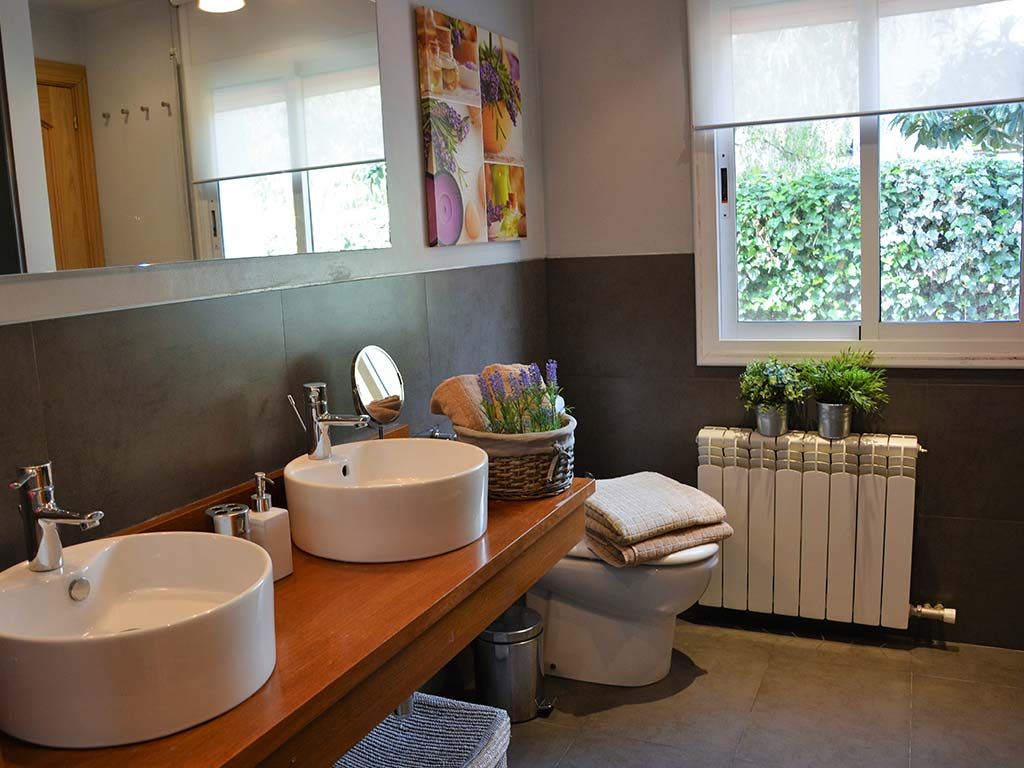 Holiday villas in Sitges and their bathroom