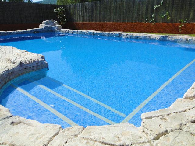 Banco de la piscina privada del chalet para vacaciones en Sitges