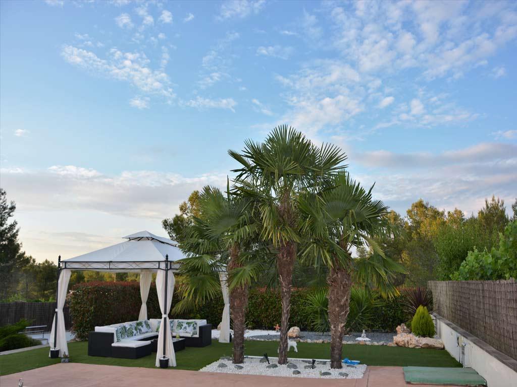 Villa Sitges con palmeras.