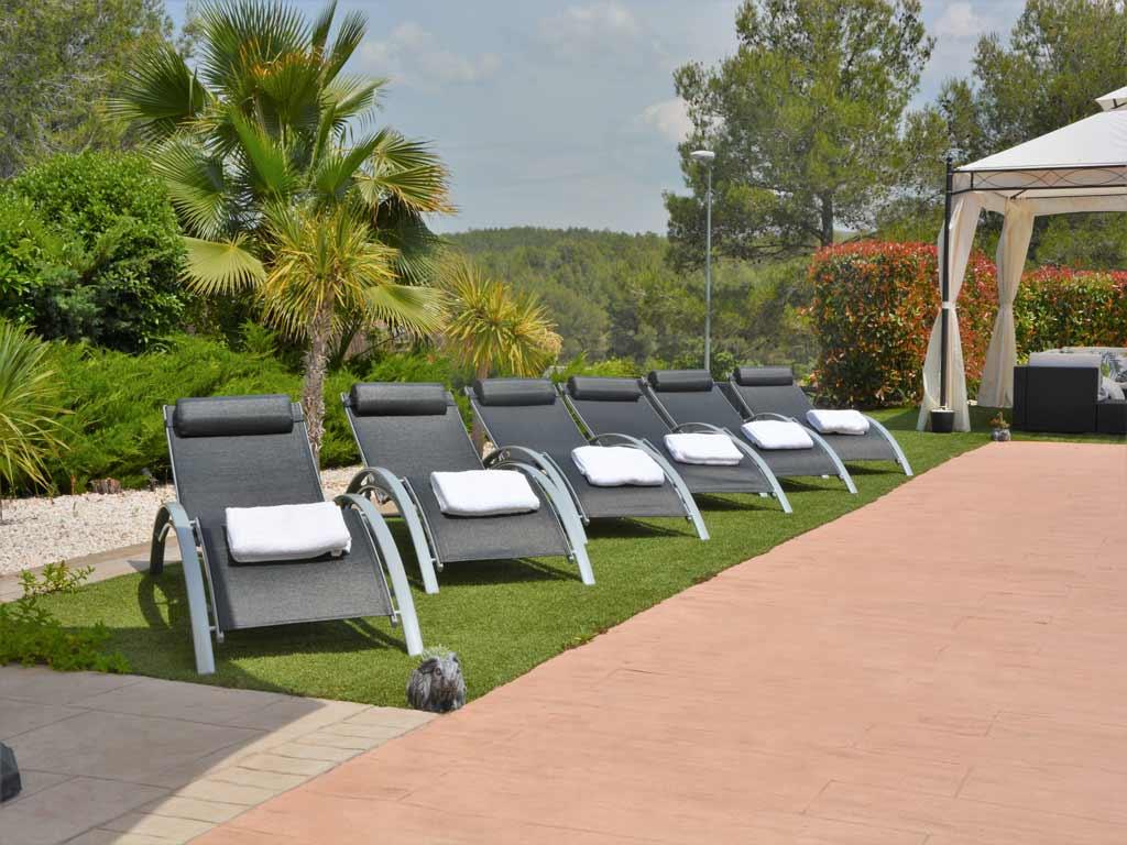 Villa Sitges con cómodas tumbonas.