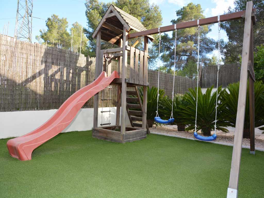 Villa Sitges con zona de recreo para niños.
