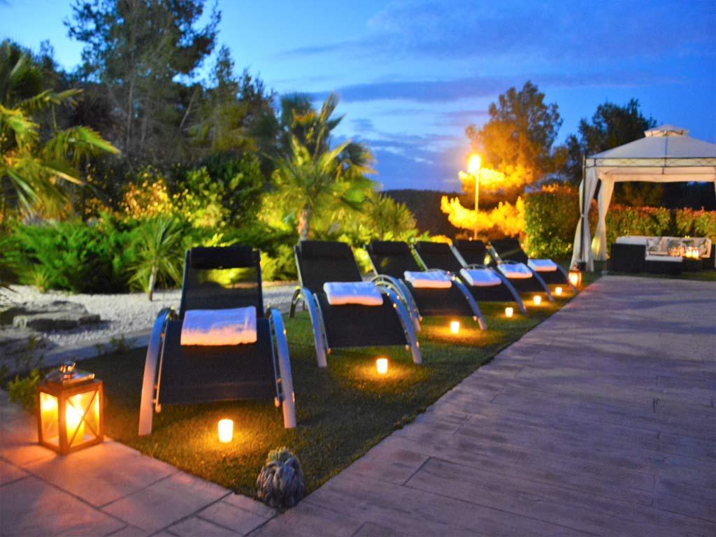 Villa Sitges de noche con hamacas.