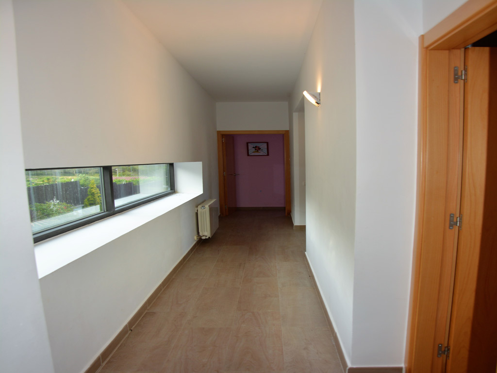 Villa Sitges con largo pasillo.