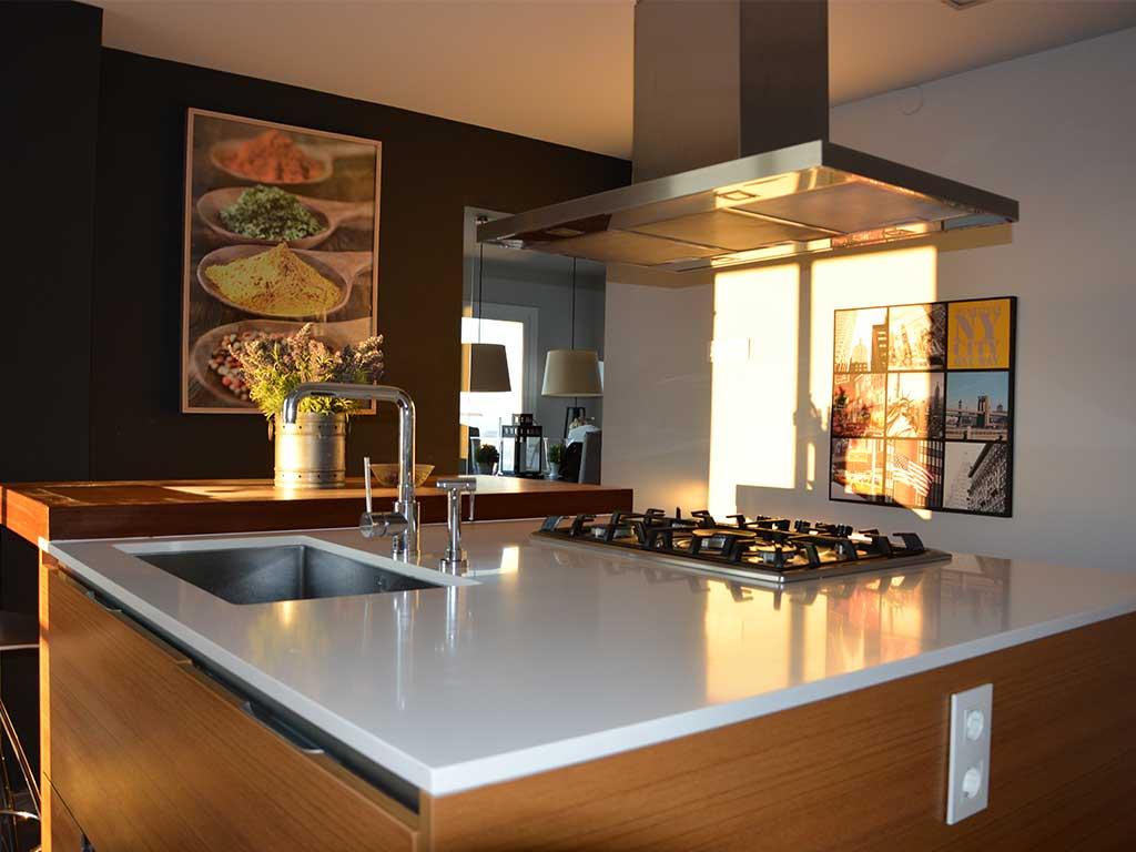 Cocina moderna y bien equipada de la casa de verano con piscina en Sitges