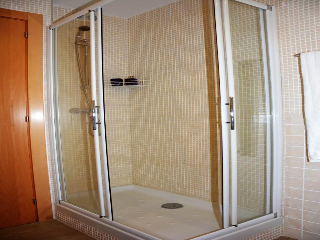 Villa Sitges con baño moderno.