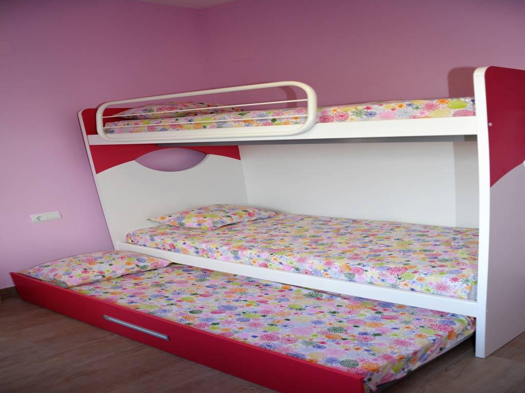 Villa Sitges con habitación rosa.