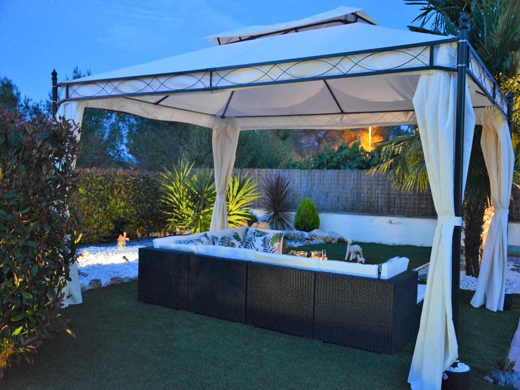 Villa Sitges de noche con chill-out.