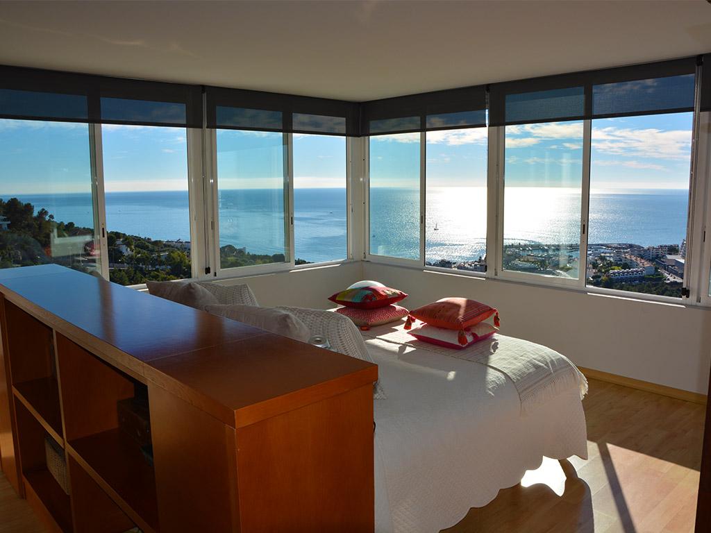 magnífica suite con vistas sobre el mar de la casa de verano con piscina en sitges