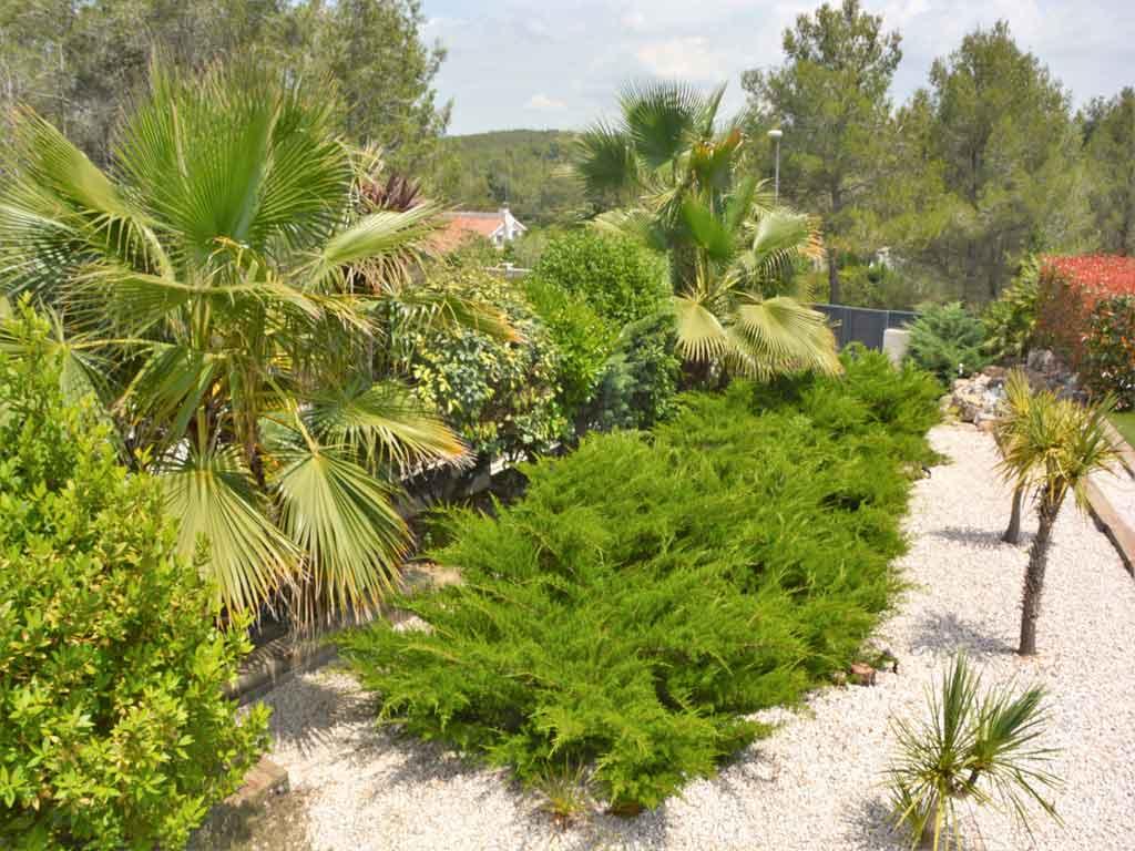 Villa Sitges con frondosa vegetación.