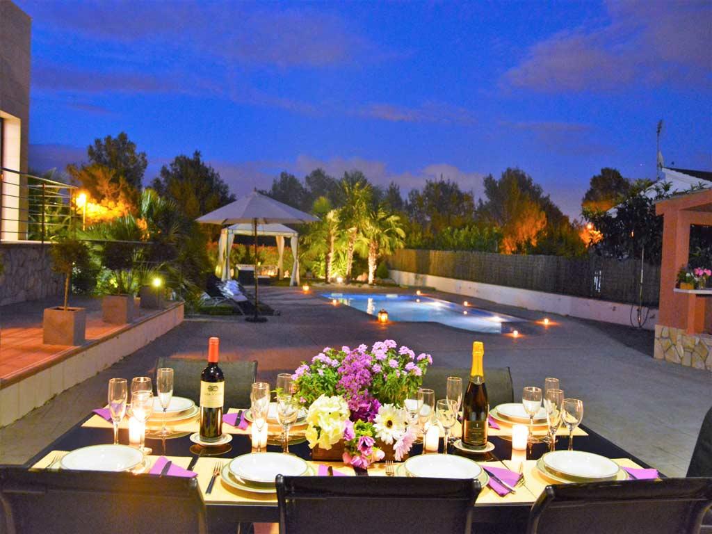 Villa Sitges con comedor exterior de noche.