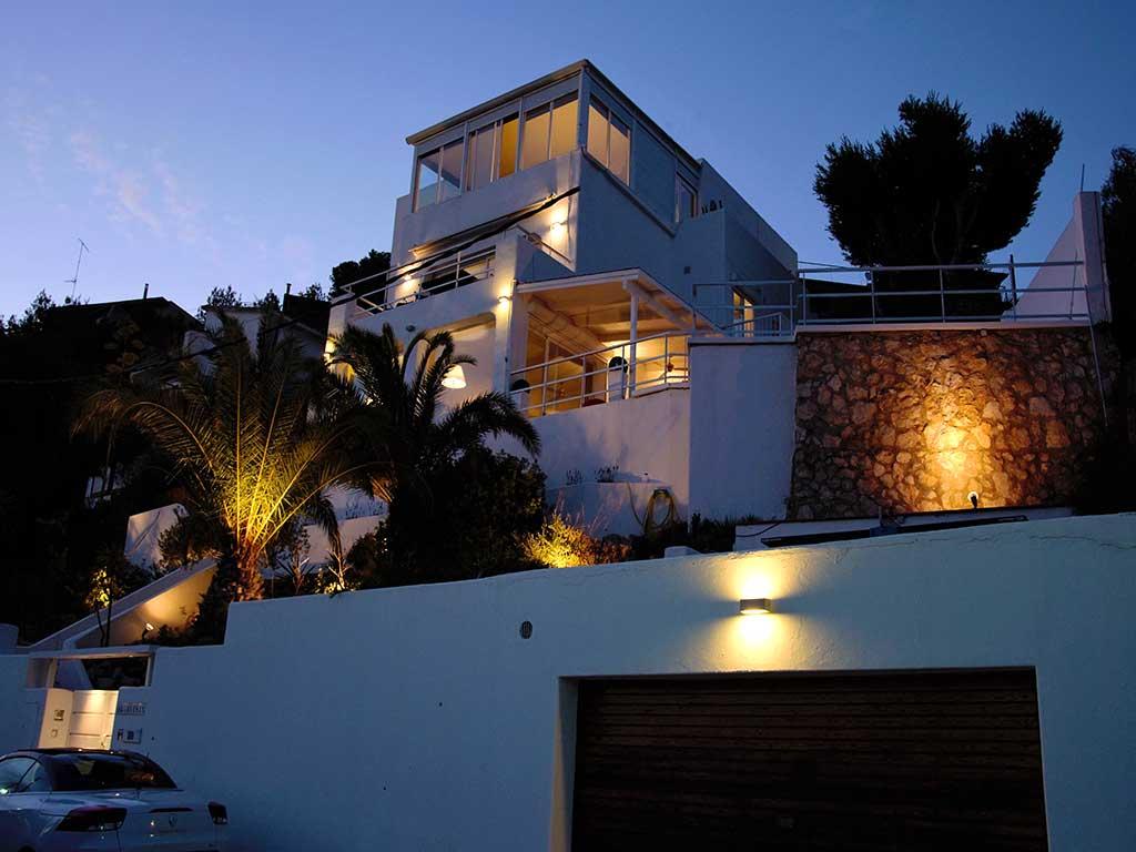 Casa de verano con piscina en Sitges por la noche