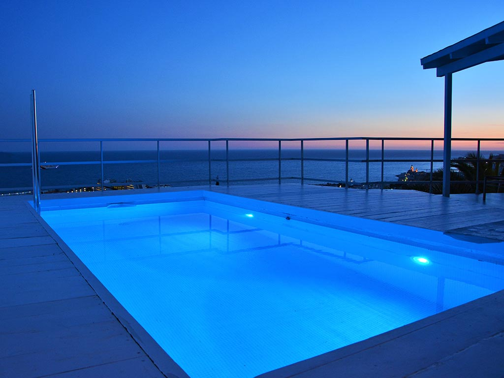 Casa de verano con piscina en Sitges por la tarde noche