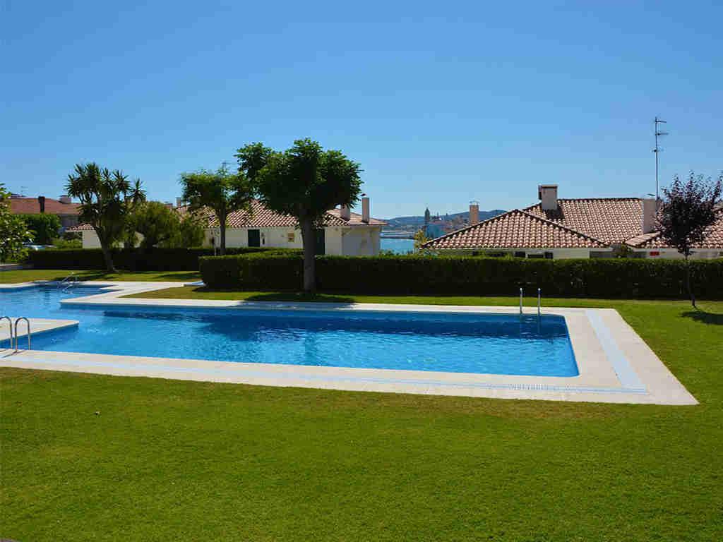Appartement à louer à Sitges: grande piscine et jardin