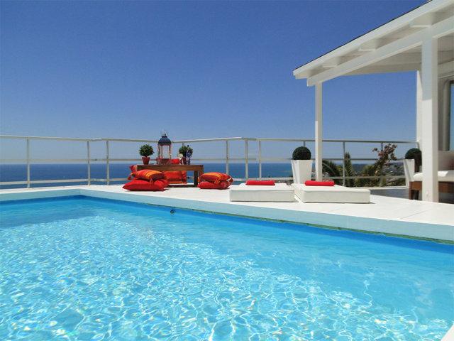 terraza exterior de casa de verano con piscina