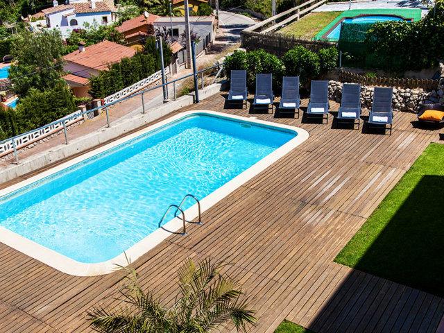 Vista desde arriba del chalet con piscina privada de Sitges