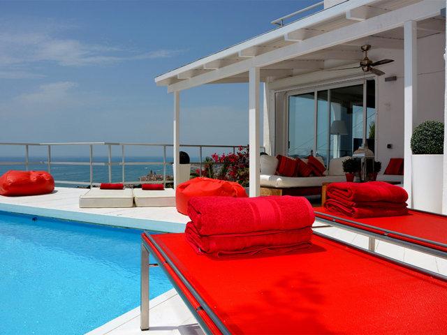 terraza y vistas de la casa de verano con piscina