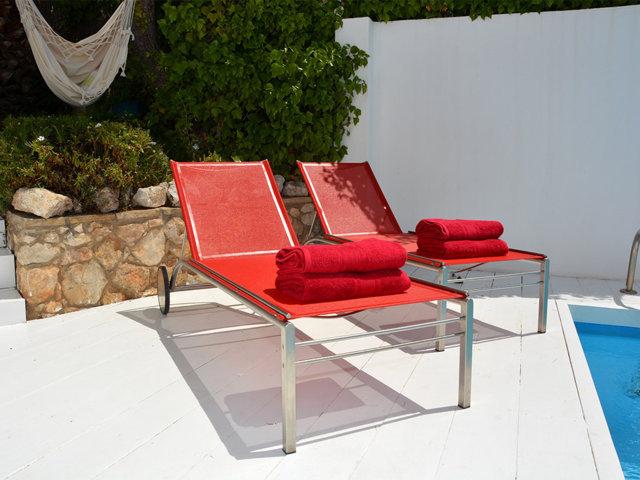 hamacas rojas de la casa de verano con piscina