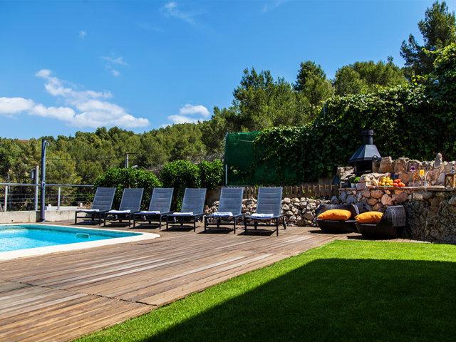 Terraza con tumbonas en el chalet con piscina privada de Sitges