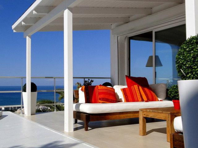 chill-out bajo el porche de la casa de verano con piscina y vistas