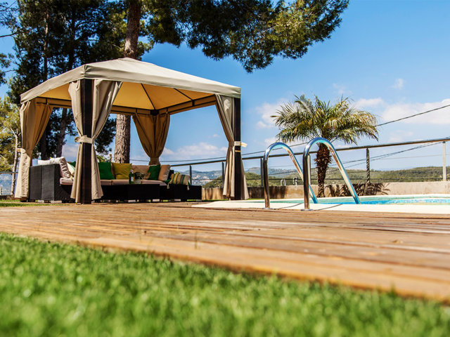 Chill-out principal del chalet con piscina privada en Sitges