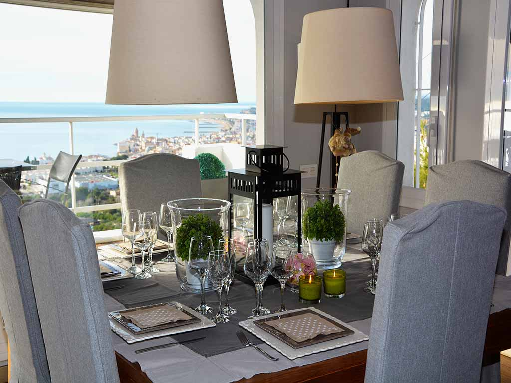 Casa de verano con piscina en Sitges: comedor interior con vistas al mar
