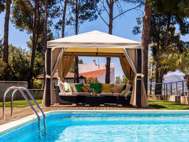 Chill-out y piscina del chalet con piscina privada en Sitges