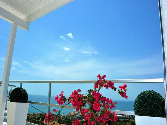 vistas azules de la casa de verano con piscina