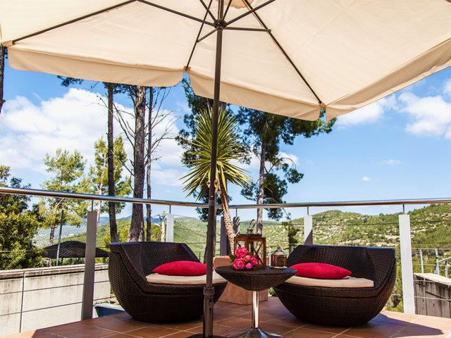 Pequeño chill-out del chalet con piscina privada en Sitges
