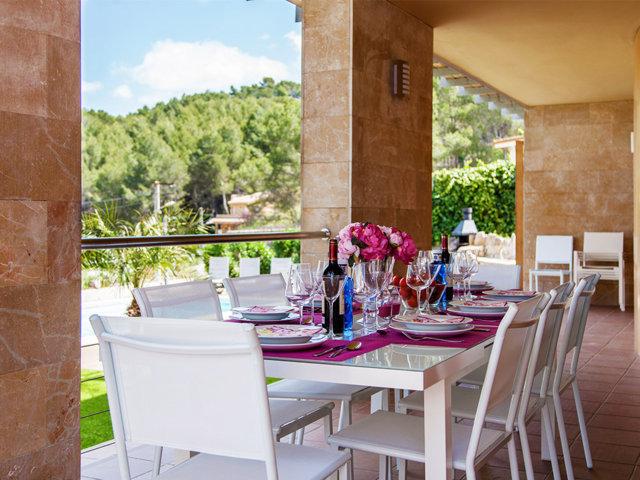 Comedor fresco al aire libre en el chalet con piscina privada en Sitges