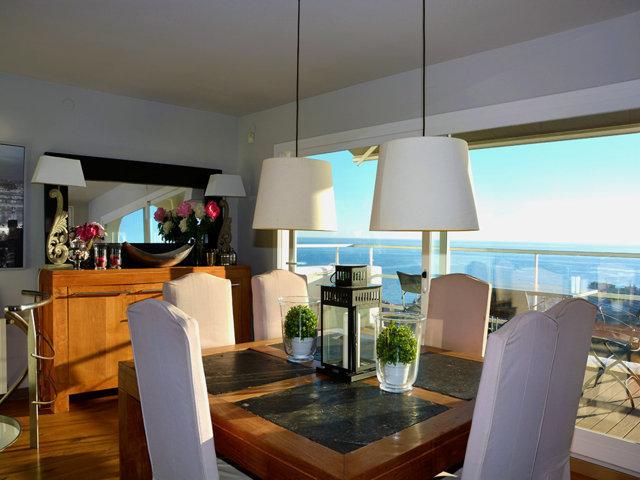 comedor con vistas sobre sitges de la casa de verano con piscina