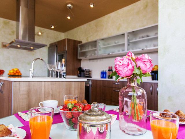 Mesa de desayuno del chalet con piscina privada en Sitges