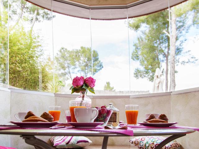 Mesa de desayuno con vistas en el chalet con piscina privada en Sitges