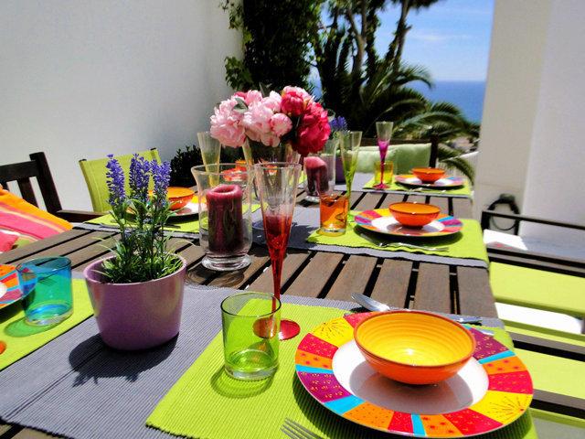 decoración hippie de la mesa de la casa de verano con piscina
