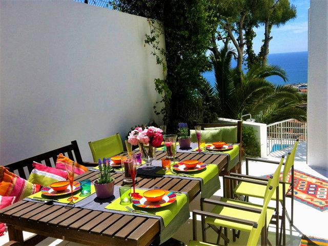 patio trasero con vistas azules de la casa de verano con piscina