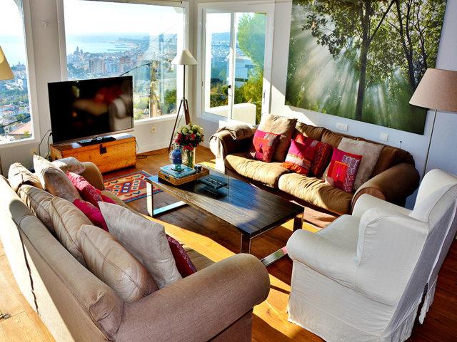 salón con vistas sobre sitges y el mar en casa de verano con piscina
