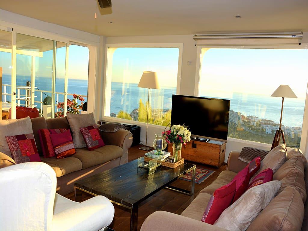 Location de Villa à Barcelone au bord de la mer: salon avec belles vues sur Sitges