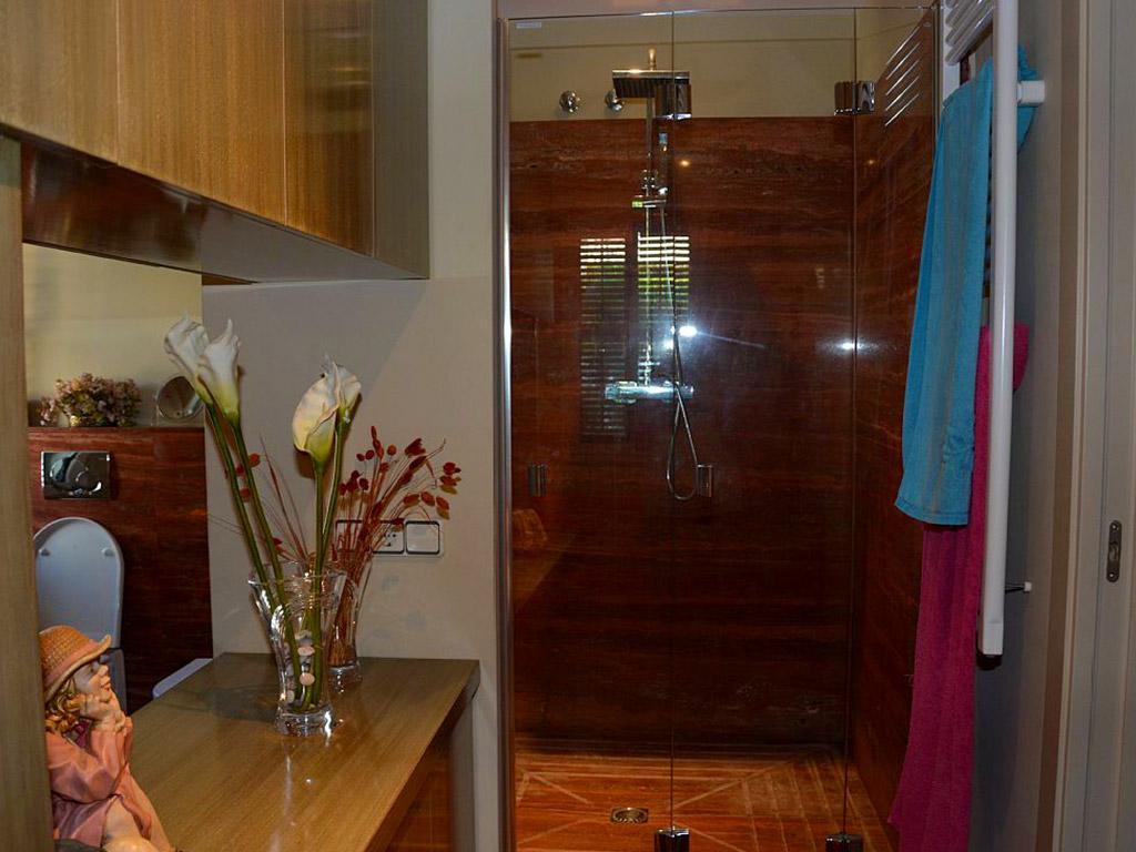 apartamento de sitges para vacaciones y la cabina de ducha de la suite