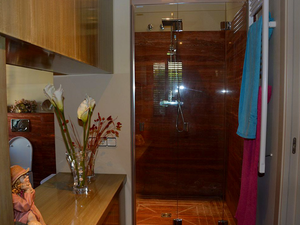 private bathroom of the main suite in one of our holiday apartments in sitges
