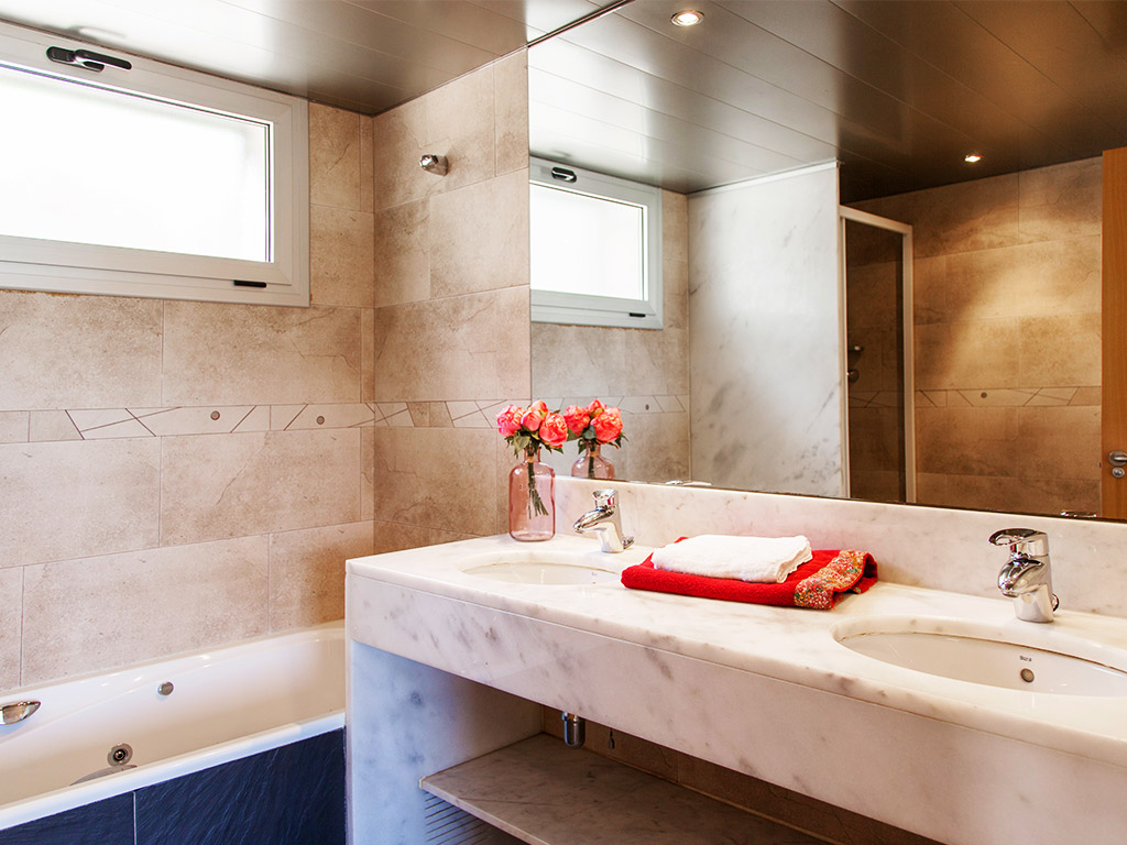 Sitges villas for rent on holidays and their bathroom