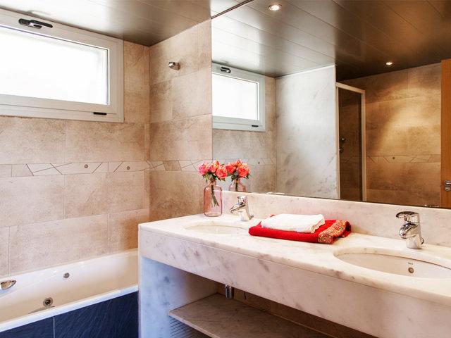 Baño privado de la suite principal del chalet con piscina privada en Sitges