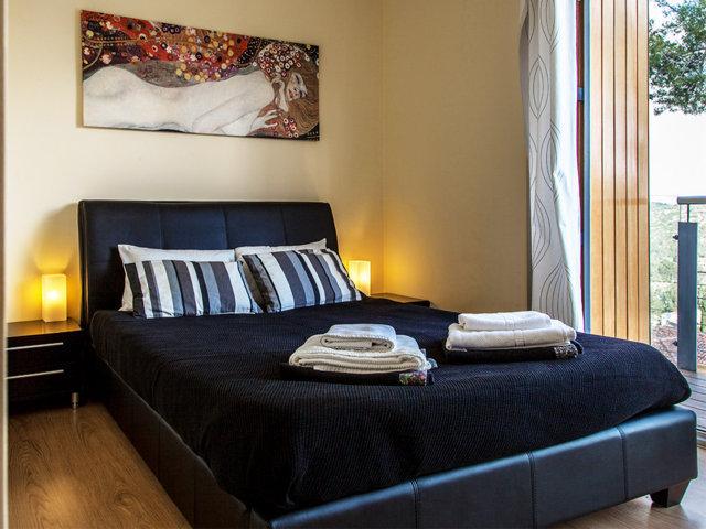 Segunda habitación con cama doble en el chalet con piscina privada en Sitges