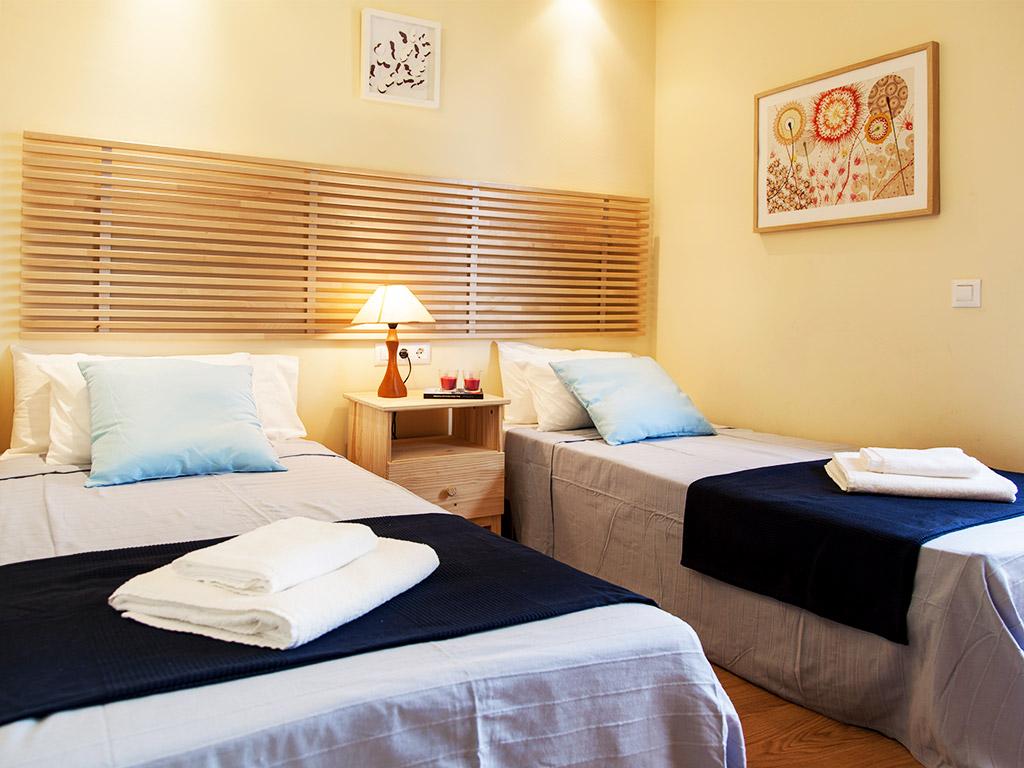 Villa à Barcelona avec piscine: chambre double avec lits séparés