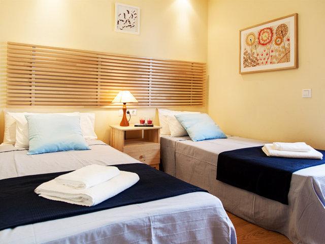 Tercera habitación con camas individuales del chalet con piscina privada en Sitges