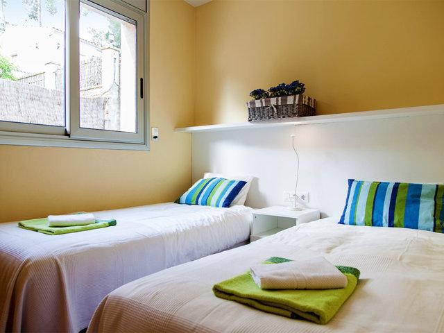 Cuarta habitación con camas individuales en el chalet con piscina privada en Sitges