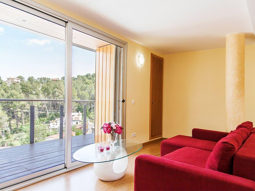 Villa à Barcelona avec piscine: sofa pour lire un livre avec belle vue