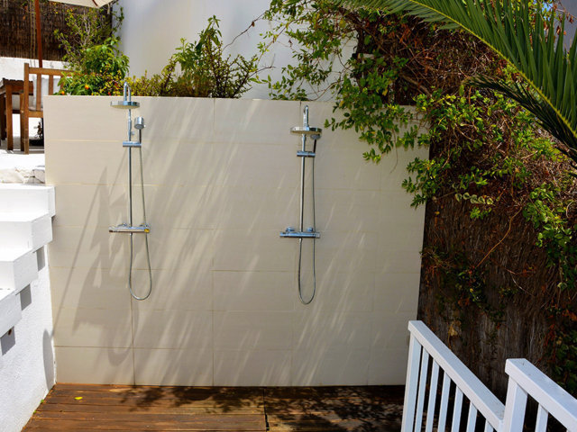 duchas exteriores de la casa de verano con piscina