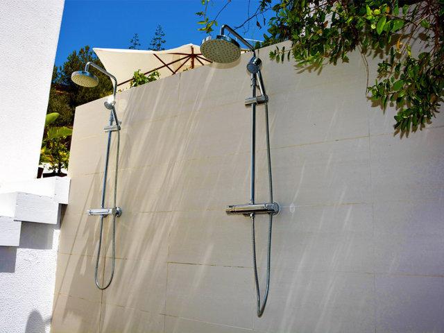 duchas bajo el cielo azul de sitges en la casa de verano con piscina